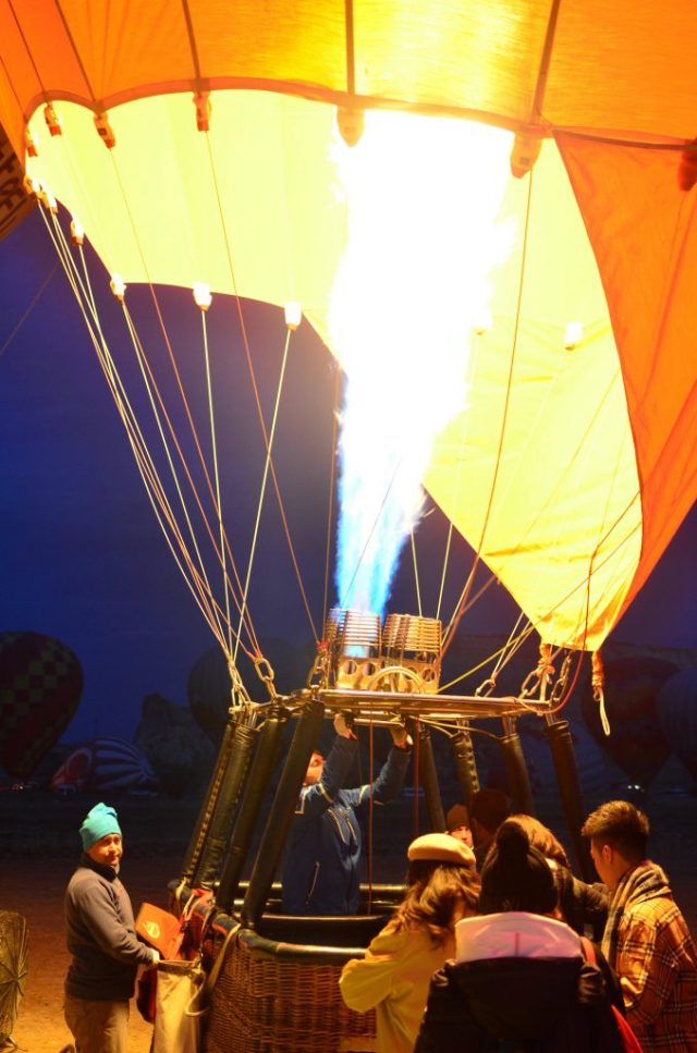 Boarding our balloon. Look at those flames!